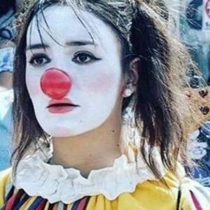 """Daniela Carrasco, El Mimo delle proteste in Cile """"torturata, violentata e impiccata dai soldati"""". Giallo sulla sua morte"""