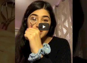 Finge tutorial di make up e parla dei campi di repressione in Cina: 17enne aggira la censura su TikTok