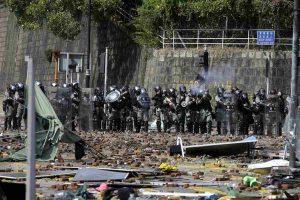Hong Kong, guerra civile: battaglia al Politecnico con frecce, catapulte e proiettili veri