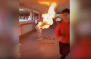 Hong Kong caos: manifestante bruciato vivo, poliziotto spara a ragazzo VIDEO