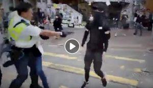 Hong Kong: poliziotto spara al petto di un manifestante durante la proteste VIDEO