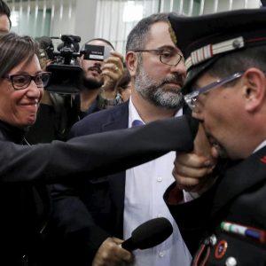 """Stefano Cucchi, il baciamano del carabiniere a Ilaria Cucchi: """"Finalmente giustizia"""""""