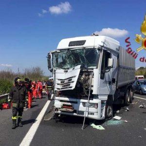 Vigonza, incidente sulla A4: auto schiacciata da due camion, un morto