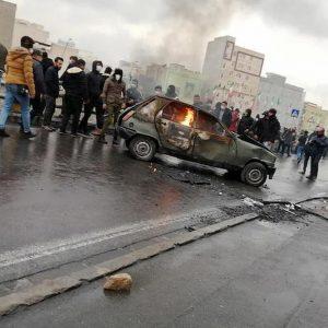 """Iran, Amnesty: """"106 morti nelle proteste contro il caro benzina: cecchini sui manifestanti"""""""