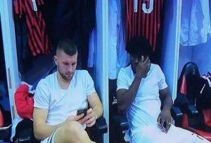 Kessie e Rebic al cellulare prima della partita con il Napoli