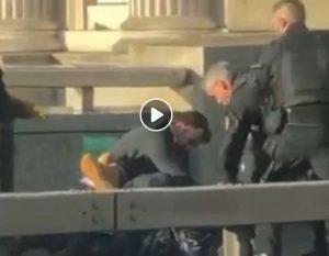 Londra, un uomo col coltello ucciso a colpi d'arma da fuoco dalla polizia a London Bridge. Attentato?