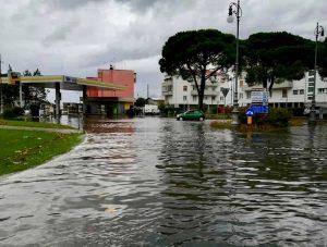 Maltempo, pioggia, vento e mareggiate flagellano l'Italia. Disagi per la neve al Nord