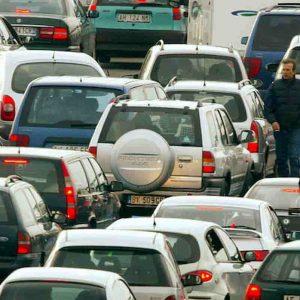 Milano è la città italiana peggiore per guidare? Mai stati a Roma e Napoli?