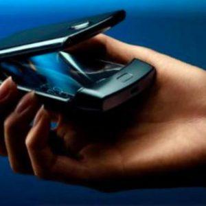 Motorola lancia razr, lo smartphone a conchiglia pieghevole