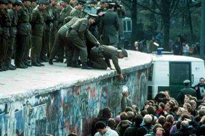 Muro di Berlino cadeva 30 anni fa. Pensiero scorretto: per avere una Dresda (con nazisti) così?