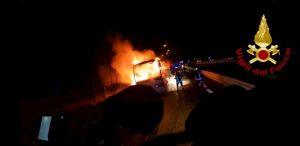 Pullman di pellegrini in fiamme a Vallata sulla A16 Napoli-Bari: tutti salvi