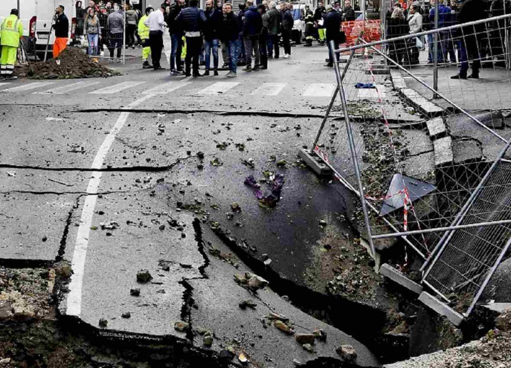 asfalto crollato via masoni napoli