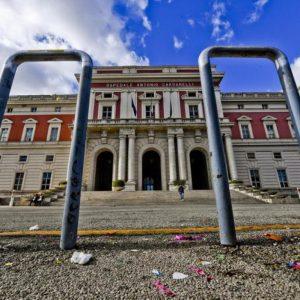 Napoli, auto con sangue bloccata: medico esce da sala operatoria
