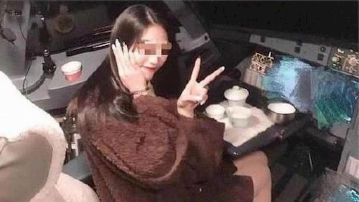 Scatta una foto in cabina, pilota sospeso a vita