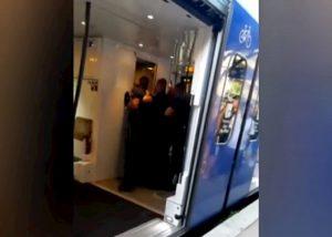 Mentone, polizia francese usa spray urticante per stanare i migranti sul treno