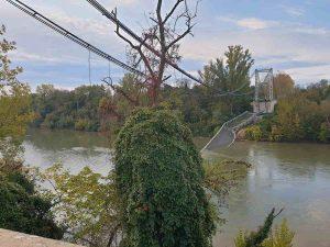 Tolosa, crolla ponte sul fiume Tarn: camion e auto finiscono in acqua, morto 15enne