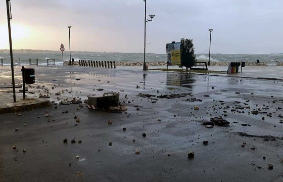 Tromba d'aria a Porto Cesareo: il pontile sradicato dal vento e dal mare in burrasca 01