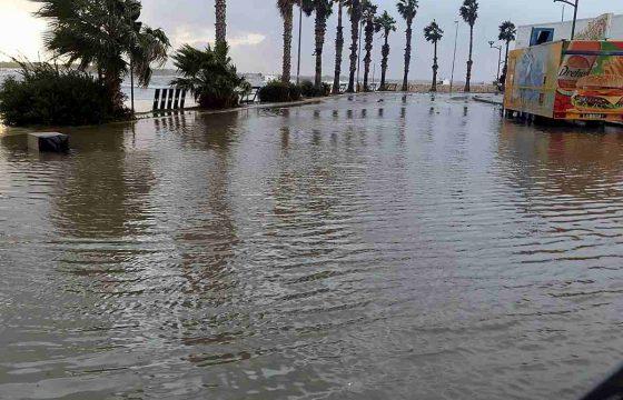 Tromba d'aria a Porto Cesareo: il pontile sradicato dal vento e dal mare in burrasca 02