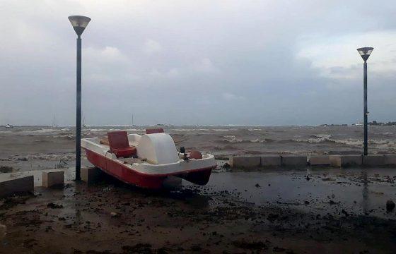 Tromba d'aria a Porto Cesareo: il pontile sradicato dal vento e dal mare in burrasca 03