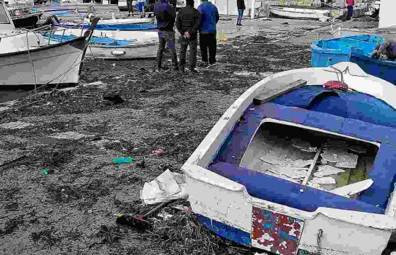 Tromba d'aria a Porto Cesareo: il pontile sradicato dal vento e dal mare in burrasca 04