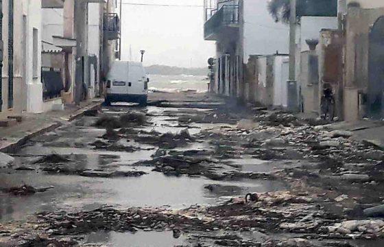 Tromba d'aria a Porto Cesareo: il pontile sradicato dal vento e dal mare in burrasca 06