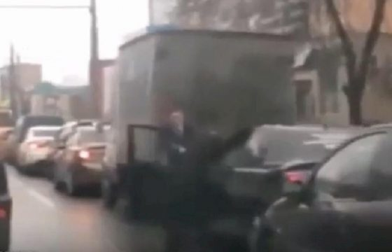 russia rissa tra automobilisti