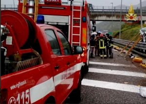 Atena Lucana (Salerno), incidente in A2: morta una donna, sei feriti