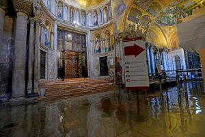 Basilica San Marco, pericolo: il sale si mangia le colonne di marmo