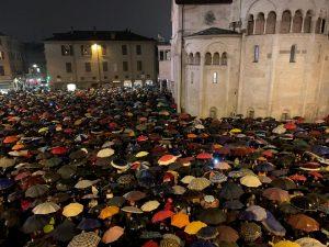 Modena, 7mila sardine in piazza Grande contro Matteo Salvini