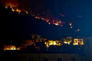 Sarno, incendio sul monte Saretto: in 200 sgomberati