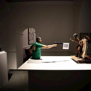 """Matteo Salvini con la pistola che spara a due africani: la scultura a Napoli. Lui: """"Una schifezza, è istigazione all'odio"""""""