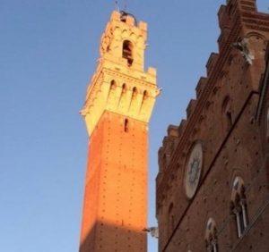 La Torre del Mangia in piazza del Campo a Sien