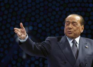 """Silvio Berlusconi cade facendo selfie. Staff: """"Ricoverato in ospedale, era solo contusione"""""""