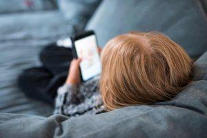 Smartphone e bambini anche a letto insieme ogni sera fino a mezzanotte. Genitori? Fingono di non starci