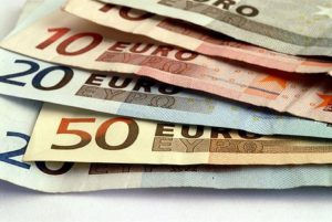 Soldi, 84% degli italiani risparmia. Per cosa? Spese inattese, affitto e... Internet