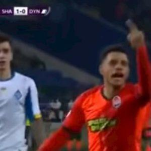 Taison, dito medio ai tifosi della Dinamo dopo cori razzisti: espulso