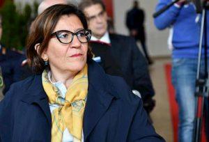 """Elisabetta Trenta e la casa al marito. Di Maio la scarica, Buffagni e Gasparri: """"Se ne vada"""""""