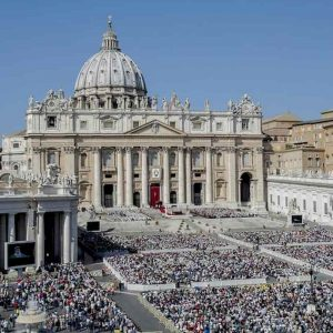 """Vaticano, ordine di cattura internazionale per il vescovo Gustavo Zanchetta. L'accusa: """"Abusi"""""""