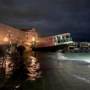 Venezia si risveglia con l'acqua alta: attesa nuova super marea di 145 cm alle 10.20