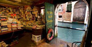 Venezia, la marea danneggia la libreria Acqua Alta: persi centinaia di libri