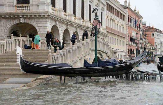 Venezia martirio e disastro: ecco le foto della città in ginocchio 04