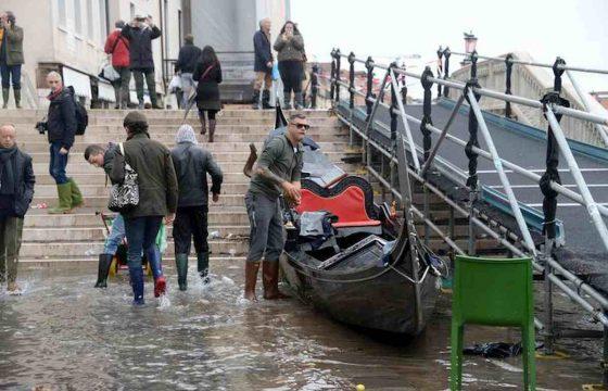 Venezia martirio e disastro: ecco le foto della città in ginocchio 07