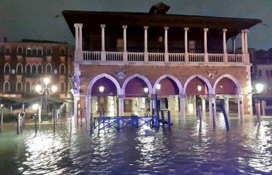 Venezia martirio e disastro: ecco le foto della città in ginocchio 09