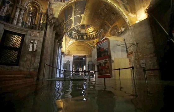 Venezia martirio e disastro: ecco le foto della città in ginocchio 11