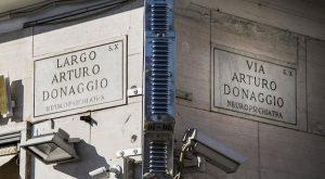 Roma cancella i nomi di chi firmò il Manifesto della Razza. Verona intitola strada ad Almirante