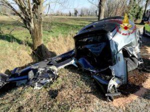 Scorzè, auto si spezza dopo l'impatto con un albero: un morto e un ferito