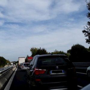 A14, cinque ore per fare 150 km. Viadotti sequestrati, esodo natalizio da incubo