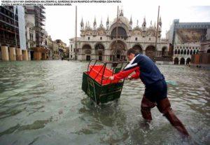 Venezia, torna l'acqua alta: alle 7.40 picco di 120 centimetri. Domani previsti 135