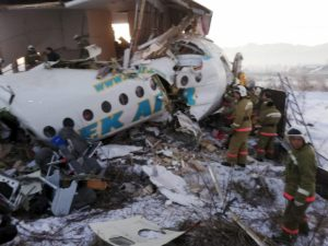 Kazakistan, aereo con 100 persone a bordo precipita, ne muoiono solo 12. Perché i serbatoi non sono esplosi