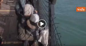 Alan Kurdi sbarcata a Pozzallo: una donna incinta e un bimbo di 6 mesi in ospedale VIDEO